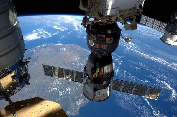 LES IMAGES DU JOUR : Toujours de très belles images de la Terre vue de l'Espace !! Le vaisseau spatial Soyouz avec le vaisseau spatial Cygnus au dessus de la péninsule du Sinaï entre le Golfe de Suez et le Golfe d'Aqaba, vu de la SSI. Et une deuxième image vu du Mozambique sous trois vaisseaux spatiaux attaché à la Station Spatiale Internationale, toujours photographié par l'astronaute de l'ESA Tim Peake. (Source ESA)