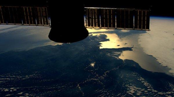 L'IMAGE DU JOUR : Les reflets du Soleil illuminent les méandres de la Seine sur cette photo prise le 18 avril 2016 par l'astronaute de l'ESA Tim Peake depuis la Station Spatiale Internationale. (Source ESA)