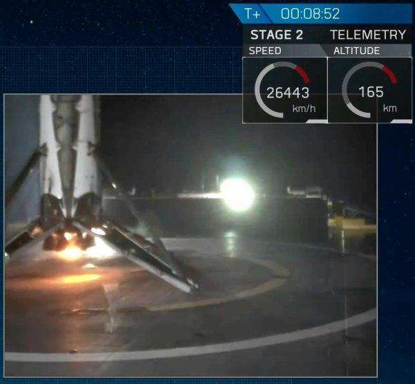ESPACE INFO : NOUVEAU SUCCÈS POUR SPACE X : Lancer une fusée, mettre un satellite en orbite et récupérer une partie de la fusée !! C'est la troisième récupération réussie d'un premier étage de son lanceur Falcon 9 pour la firme américaine. Mais c'est la première fois lors de l'envoi d'un satellite vers l'orbite géostationnaire où les contraintes sont plus fortes. Une fois de plus, SpaceX a tenté de récupérer le premier étage de son lanceur afin de le réutiliser pour une autre prestation, une logique qui doit permettre de baisser le prix de l'accès à l'espace. La firme américaine a ainsi précisé que les missions avec un premier étage réutilisé seraient vendues 30 à 40 % moins cher. SpaceX réalise donc pour la première fois un retour lors d'un vol vers l'orbite géostationnaire, après y avoir déposé un satellite de 4,6 tonnes, c'est un atout de plus pour la firme d'Elon Musk. (Source SPACE X)