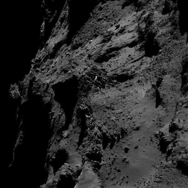 ROSETTA INFO DIRECT : SAMEDI 7 MAI 2016 : 9h L'IMAGE DU JOUR : Une nouvelle et superbe image prise par la caméra OSIRIS le 29 avril 2016. La Sonde ROSETTA se trouvait à 18,3 km du noyau de Comète 67P/Churyumov-Gerasimenko. L'échelle est 0.33 m/pixels. (Sources ESA-CNES)