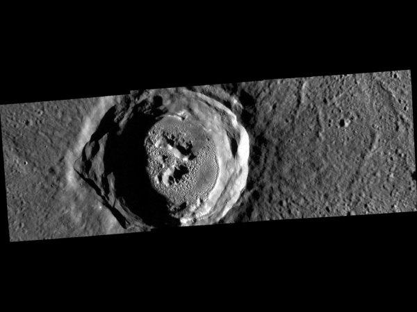L'IMAGE DU JOUR : L'¼il Magique, cratère sur la planète Mercure ! Aujourd'hui 9 mai, Mercure se frayera un chemin à travers le visage du Soleil - un événement astronomique connu comme un transit. Pendant le transit, qui durera plusieurs heures et sera au moins partiellement visible à travers la plupart du monde, on verra la planète comme un petit point noir se découpant sur notre étoile. Pour marquer l'événement, cette image offre une vue fascinante du cratère Kertész sur Mercure et nous vient de la sonde Messenger de la NASA. Mercure est une planète remarquable : c'est la planète la plus petite et la plus secrète du Système Solaire, avec une géologie fascinante et assez semblable à la Lune, avec des cratères innombrables, des arêtes, des régions montagneuse, des plaines et des vallées. (Source NASA)