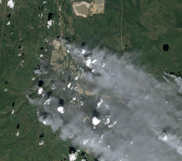 """L'IMAGE DU JOUR : Incendie dévastateur au Canada ! Le gigantesque incendie qui sévit dans la province de l'Alberta est en passe de devenir la catastrophe la plus coûteuse du Canada. Depuis l'espace, les satellites SPOT ont pourtant permis de livrer des informations cruciales à la Sécurité civile canadienne. L'incendie qui s'est déclaré le 1er mai 2016 près de la ville canadienne de Fort McMurray, dans le nord de la province de l'Alberta, continue de progresser. Plus de 1 600 km2 de forêts ont d'ores et déjà été ravagés. Près de 100 000 personnes ont dû être évacuées de la région. La Charte internationale """"Espace et catastrophes majeures"""" a été déclenchée le 4 mai par le Centre des Opérations du Gouvernement de la Sécurité civile canadienne. """"Moins de 18h après le déclenchement de la Charte, un des satellites SPOT a acquis une image de la zone impactée par l'incendie, raconte Claire Tinel, représentante du CNES auprès de la Charte. C'est une formidable performance, malheureusement la zone était très nuageuse à ce moment-là. """" Il faudra finalement attendre le vendredi 6 mai 2016 pour obtenir une image exploitable au-dessus d'une zone d'environ 60 km sur 60 km (image ci-dessous). Le satellite SPOT 7 qui tourne autour de la Terre à près de 700 000 m d'altitude (70 fois l'altitude de croisière d'un A320) nous montre ici plusieurs foyers de l'incendie en pleine progression. Les pompiers en ont dénombré 43 au total, dont 7 totalement hors de contrôle. Lundi 9 mai, en fin de journée, le brasier était en perte de vitesse. (Source CNES)"""