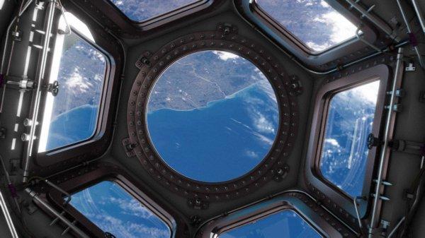 L'IMAGE DU JOUR : UN PETIT IMPACT SUR UNE VITRE DE LA STATION SPATIALE INTERNATIONALE ! L'astronaute de l'ESA Tim Peake a envoyé cette photo de l'intérieur de la Coupole, une énorme vitre, montrant un impact circulaire dû probablement à l'impact d'un morceau minuscule de débris spatiaux, probablement un flocon de peinture ou un petit fragment métallique pas plus grand que quelques millièmes d'un millimètre. Tandis qu'un impact comme celui-ci est mineur, un plus grand impact constituerait une menace sérieuse. Un objet de plus d'un cm pourrait désactiver un instrument ou un système de vol critique sur un satellite, et un objet de plus de 10 cm pourraient causaient des dégâts irréversibles sur la Station !! (Source ESA-NASA)