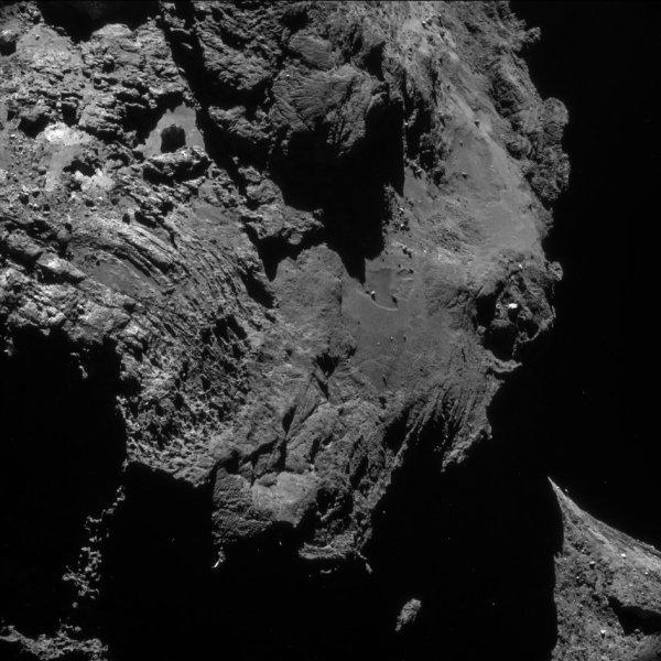 ROSETTA INFO DIRECT : SAMEDI 14 MAI 2016 : 10h L'IMAGE DU JOUR : Une nouvelle et toujours superbe image prise par la caméra NavCam le 2 mai 2016. De très nombreux détails sont visibles sur cette images du surface de la comète ! La Sonde ROSETTA se trouvait à 18,8 km du noyau de Comète 67P/Churyumov-Gerasimenko. L'échelle est 1.60 m/pixels. (Sources ESA-CNES)