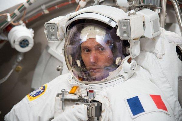 ESPACE INFO : Test à vide ! Prévu pour un lancement en novembre, l'astronaute français de l'ESA Thomas PESQUET parcourt le monde préparant son aventure de six mois sur la Station Spatiale Internationale. Au Centre spatial Johnson de la NASA, à Houston, Thomas met son scaphandre de cosmonaute pour de nouveaux tests. Tous les astronautes qui vivent sur la Station spatiale internationale sont formés pour des sorties dans l'espace dans le cas où ils doivent être amenés à travailler en urgence à l'extérieur de la Station. Thomas PESQUET décollera avec Peggy Whitson de la NASA et le cosmonaute Oleg Novitskiy. Le trio recevra bientôt une formation en Russie et soutiendra leurs collègues sur le prochain lancement vers la Station Spatiale en juin. (Source ESA)