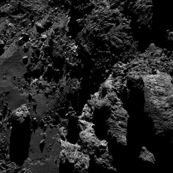 ROSETTA INFO DIRECT : LUNDI 16 MAI 2016 : 16h30 L'IMAGE DU JOUR : Toujours plus près avec cette nouvelle et superbe image prise par la caméra OSIRIS ce 11 mai 2016. De très nombreux détails sont visibles sur cette image de la surface de la comète ! La Sonde ROSETTA se trouvait à 9,9 km du noyau de Comète 67P/Churyumov-Gerasimenko. L'échelle est 0.16 m/pixels. (Sources ESA-CNES)