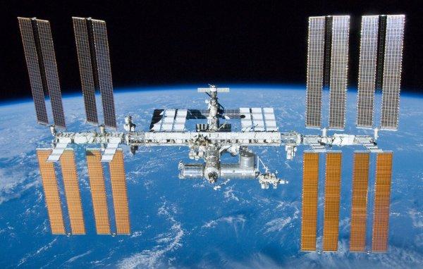 100 000 ORBITES POUR L'ISS !!! Ce 16 mai 2016, l'ISS a accompli sa 100 000 ème orbite depuis le lancement de son premier élément, le module russe Zarya, le 20 novembre 1998. La Station Spatiale Internationale : la plus grande structure jamais assemblée sur orbite totalise une masse de 400 tonnes qui tourne autour de la Terre à 400 km d'altitude. Les modules viennent de Russie, d'Europe, des États-Unis et du Japon. Le Canada a fourni le bras robotique principal. On notera qu'en raison d'accords industriels, la moitié des modules pressurisés de la Station ont été fabriqués par Thales Alenia Space en Italie. (Sources ESA-NASA-CE)