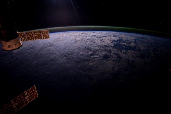 LA PHOTO DU JOUR de la 100.000éme orbite de la Station Spatiale Internationale autour de notre belle planète !! Photo prise par l'astronaute de l'ESA Tim Peake le 17 mai 2016. (Source ESA)