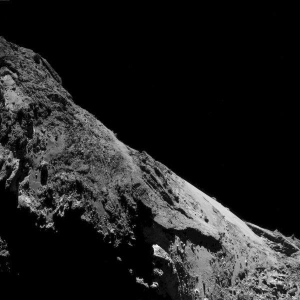 ROSETTA INFO DIRECT : SAMEDI 21 MAI 2016 : 9h L'IMAGE DU JOUR : Toujours plus près avec cette nouvelle et superbe image prise par la caméra OSIRIS ce 17 mai 2016. De très nombreux détails sont visibles sur cette image de la surface de la comète ! La Sonde ROSETTA se trouvait à 9,4 km du noyau de Comète 67P/Churyumov-Gerasimenko. L'échelle est 0.89 m/pixels. (Sources ESA-CNES)