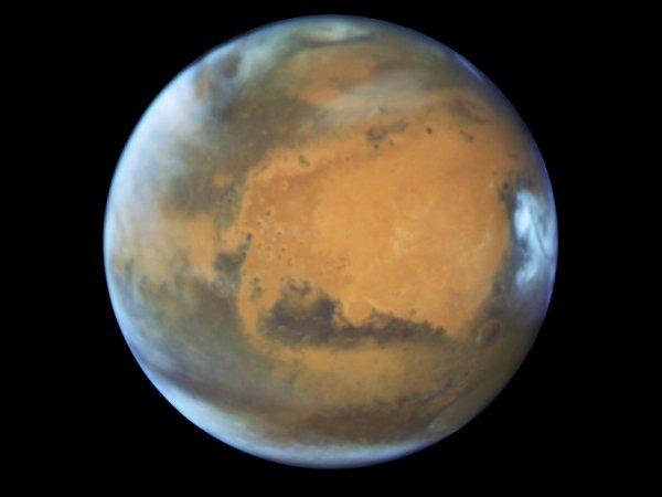L'IMAGE DU JOUR : HUBBLE SCRUTE LA PLANÈTE MARS ! Le 12 mai, le télescope spatial Hubble a réalisé un superbe cliché de la planète rouge. Presque tous les 2 ans (780 jours pour être un peu plus précis), Mars est en opposition (le Soleil, la Terre et Mars sont alignés dans cet ordre). Cela signifie qu'elle est dans le ciel pour un observateur terrestre à l'opposé du Soleil, comprenez que notre étoile, la Terre et la planète rouge sont alignées dans cet ordre. C'est bien évidemment une période propice à l'observation car c'est aussi le moment où la distance entre notre planète et celle-ci est la plus courte… du moins pour environ 2 ans. Du coup, les astronomes ont profité de l'aubaine pour pointer le télescope spatial HUBBLE qui associe la NASA et l'ESA (Agence Spatiale Européenne) vers Mars. (Sources : HUBBLE-NASA-ESA)