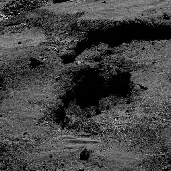 ROSETTA INFO DIRECT : MARDI 24 MAI 2016 : 15h30 L'IMAGE DU JOUR : Exceptionnelle nouvelle image prise par la caméra OSIRIS ce 21 mai 2016. De très nombreux détails d'un petit coin de la surface sont visibles sur cette image de la comète ! La Sonde ROSETTA se trouvait à 7,4 km du noyau de Comète 67P/Churyumov-Gerasimenko. L'échelle est 1.3 m/pixels. (Sources ESA-CNES)