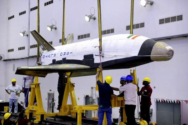 ESPACE INFO : Le 23 mai, l'agence spatiale indienne a envoyé à 65 km d'altitude, une navette automatique de 6,5 m de long qui est revenue se crasher (comme prévu) en mer après avoir affronté avec succès une rentrée atmosphérique à la vitesse de Mach 5. Depuis quelques années, l'ISRO a cessé d'être uniquement focalisée sur les satellites d'applications (observation de la Terre, télécommunications ou géolocalisation). Les missions à visée scientifique et notamment d'exploration (la Lune avec Chandrayaan ou Mars avec MOM, Mars Orbiter Mission) sont présentées à la fois comme des enjeux techniques afin de stimuler le savoir-faire spatial indien et aussi irriguer de données «made in India» les universités et institutions scientifiques nationales. Dans cette logique, un programme de vols habités a même été approuvé (tests d'une capsule capable de revenir de l'espace). Il reste toutefois pour le moment au second plan face à d'autres priorités. Ainsi, l'Inde souhaite ne pas rater le train du récupérable qui pourrait aboutir à une baisse du coût de l'accès à l'espace. (Sources ISRO-CE)