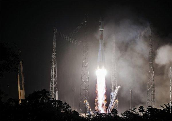 ESPACE INFO : 7e lancement Galileo effectué avec succès ce 24 mai 2016, soit une constellation de 14 satellites en orbite ! Nommé en hommage à l'astronome qui a déterminé la véritable position de la Terre dans le système solaire, Galileo, futur système européen de navigation satellitaire pour le XXIe siècle, dispose depuis le double lancement ce 24 mai 2016, de 14 satellites en orbite. Embarqués sur un lanceur Soyouz exploité par Arianespace, les satellites Galileo 13 et 14 ont décollé ensemble depuis la Guyane française. (Source ESA)