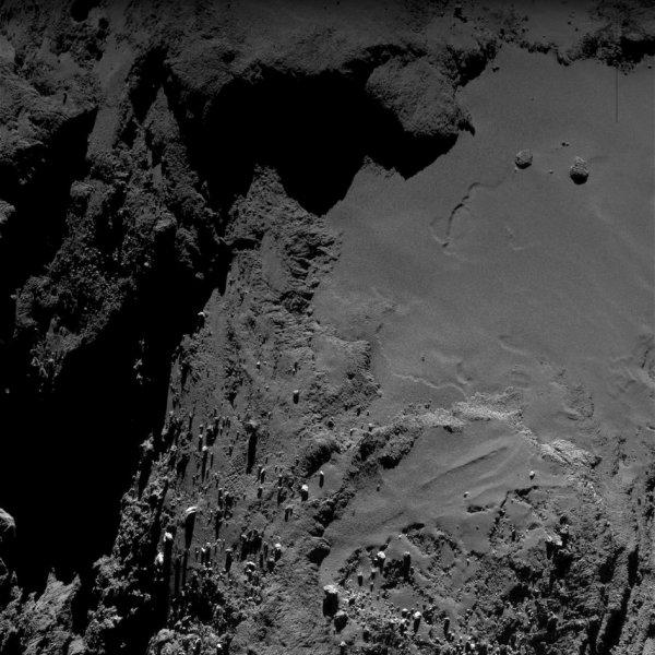 ROSETTA INFO DIRECT : VENDREDI 27 MAI 2016 : 23h L'IMAGE DU JOUR : Exceptionnelle nouvelle image prise par la caméra OSIRIS ce 25 mai 2016. De très nombreux détails de la surface sont visibles sur cette image de la comète ! La Sonde ROSETTA se trouvait à 7 km du noyau de Comète 67P/Churyumov-Gerasimenko. L'échelle est 0,69 m/pixels. (Sources ESA-CNES)