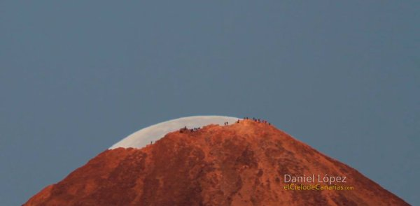 L'IMAGE DU JOUR : ÉTONNANTE LUNE !! : Alors qu'elle se couche derrière le plus haut volcan des Canaries, notre satellite naturel semble se métamorphoser en un glacier éphémère. On dirait un dôme de glace, mais c'est la Lune ! Grâce à un alignement parfait, le photographe Daniel Lopez a réussi ce cliché insolite d'une Lune quasiment pleine qui dépasse à peine du sommet du Teide, sur l'île de Ténérife, dans l'archipel des Canaries. La photo a été prise en toute fin de nuit, vraisemblablement depuis les abords de l'observatoire d'Izana, alors que la Lune se couche. Grâce à l'utilisation d'un téléobjectif puissant, on peut voir sur l'image un groupe de randonneurs qui a réalisé l'ascension de ce sommet haut de 3715 m et qui observe le lever du Soleil dans la direction opposée à la Lune. (Sources DL-C&E)