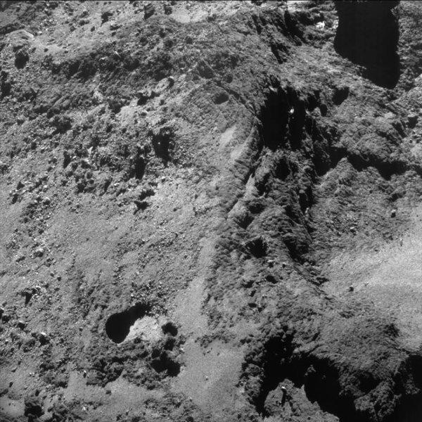 ROSETTA INFO DIRECT : DIMANCHE 5 JUIN 2016 : 16h L'IMAGE DU JOUR : Une nouvelle image exceptionnelle prise par la caméra NavCAM ce 2 Juin 2016. La Sonde ROSETTA se trouvait à 7 km du noyau de Comète 67P/Churyumov-Gerasimenko. L'échelle est 0,55 m/pixels et l'image mesure environ 570 m de côté ! (Sources ESA-CNES)