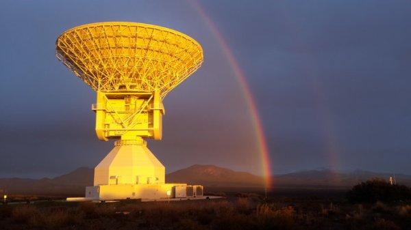 L'IMAGE DU JOUR : L'ANTENNE DE MALARGÛE : Cette belle image a été prise le mardi 14 Juin, par Diego Aloi, travaillant dans le cadre de l'équipe d'ingénierie locale à la station Malargüe. L'antenne est située à 30 km au sud de la ville de Malargüe, environ 1200 km à l'ouest de Buenos Aires, Argentine. Malargüe est la plus récente station d'écoute et de suivi dans l'espace lointain de l'ESA; Elle a été inaugurée en Décembre 2012 et est entré en service au début de 2013. À l'heure actuelle, ses principales fonctions sont de rester en contact avec des sondes spatiales telles que Gaia, Mars Express, Rosetta et ExoMars. L'antenne est de 35 m de diamètre et l'ensemble de la structure est de 40 m de haut, et pèse 610 tonnes. (Sources DA-ESA)