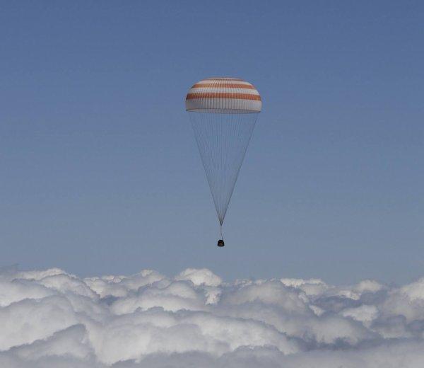 RETOUR SUR TERRE : L'astronaute de l'ESA Tim Peake, son collègue de la NASA Tim Kopra et le cosmonaute russe Yuri Malenchenko, commandant du vaisseau Soyouz, ont regagné la Terre aujourd'hui, en atterrissant dans la steppe kazakhe après un voyage de trois heures. Ils viennent de passer six mois à bord de la Station spatiale internationale (ISS), qu'ils ont quitté ce matin à 5h52. Largué par l'ISS, dont la vitesse de croisière approche les 28 800 km/h, le Soyouz TMA-19M a amorcé des man½uvres de freinage avant de pénétrer dans l'atmosphère. Le module d'équipage s'est alors séparé comme prévu et ses parachutes se sont déployés pour le ralentir encore davantage. (Sources ESA-NASA)