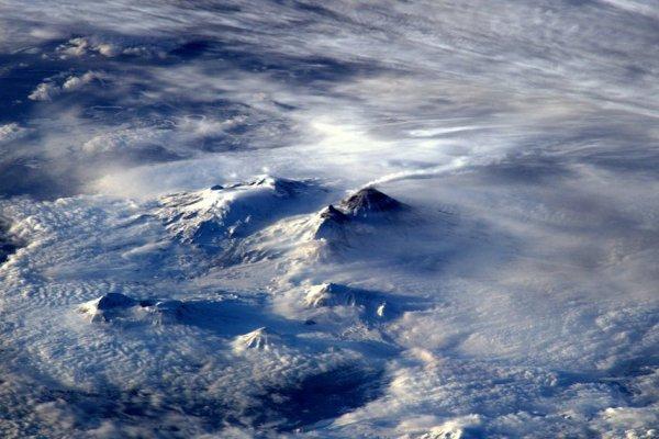 RETOUR EN IMAGE DE LA MISSION DE TIM PEAKE DEPUIS L'ISS : Volcan fumeurs sur la côte est, loin de la Russie, la chaleur a fait fondre la neige autour, photo prise par l'astronaute de l'ESA Tim Peake depuis la Station Spatiale Internationale.