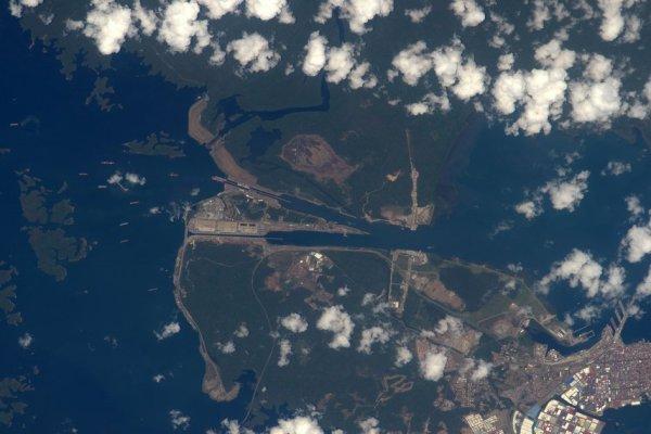 RETOUR EN IMAGE DE LA MISSION DE TIM PEAKE DEPUIS L'ISS : Canal de Panama, d'un océan à l'autre, les navires passant par le canal de Panama. Photo prise par l'astronaute de l'ESA Tim Peake depuis la Station Spatiale Internationale.