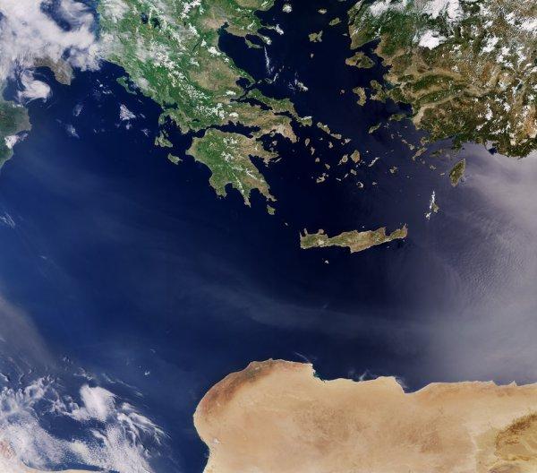 L'IMAGE DU JOUR : Merveilles de la Méditerranée Plusieurs pays de la Méditerranée, la Grèce la Turquie et la Libye, ont été capturés le mois dernier par le satellite Sentinel-3A. Au milieu de l'image, l'île grecque de Crète, dominé par des chaînes de montagnes atteignant quelque 2400m, ainsi que des ports naturels, les plaines côtières et le maquis méditerranéen typique. Nord-Ouest de la Crète est une grande partie de la Grèce continentale, montrant la végétation dense et paysage agricole, alors que sous les nuages une petite partie du «talon et la pointe» de l'Italie sont visibles. En haut à droite, les parties du sud-ouest de la Turquie qui indique un mélange de paysage agricole et de régions montagneuses. Au bas de l'image, le désert aride de la Libye avec le plateau subsaharienne comprenant environ neuf dixièmes du pays, ce qui en fait vraiment une mer de sable. (Source ESA)