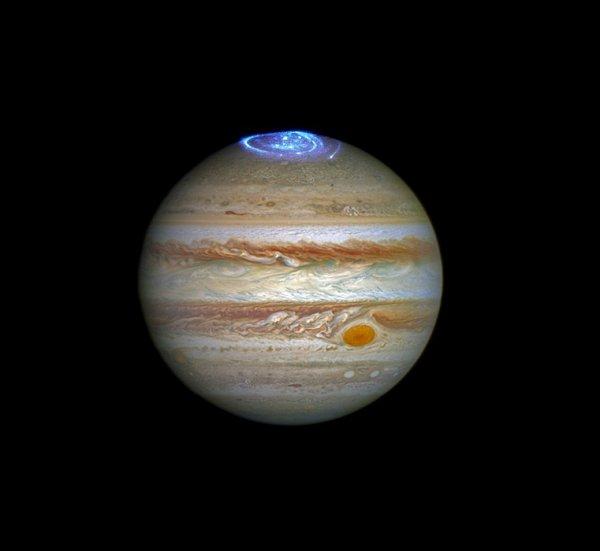 ASTRONOMIE INFO : Les aurores boréales de Jupiter se dévoilent dans de nouvelles images de Hubble. Des données que les astronomes vont coupler à celles de la sonde Juno, bientôt sur place. Alors que la sonde américaine Juno arrive aux abords de Jupiter, le télescope Hubble se lance dans une étude détaillée des aurores de la planète géante. Un phénomène qu'Hubble va suivre dans l'ultraviolet pendant les prochaines semaines. (Sources C&E-NASA-HUBBLE)