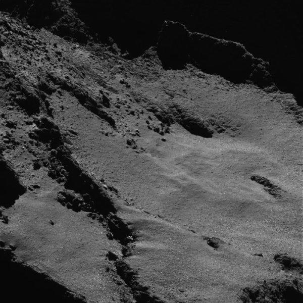 """ROSETTA INFO DIRECT : LUNDI 4 JUILLET 2016 : 8h30 L'INFO DU JOUR (Sources ESA-CNES) : Les discussions sont toujours en cours entre les opérateurs de la sonde et les scientifiques pour décider de la région d'impact de Rosetta, et ils étudient les arguments pour ou contre chaque cible ainsi que les différentes trajectoires. De manière générale, l'impact devrait se produire à environ 50 cm/s, soit environ la moitié de la vitesse d'impact de Philae en novembre 2014. """"Nous essayons de faire le plus d'observations possible avant que la sonde ROSETTA ne soit à court d'énergie solaire,"""" explique Matt Taylor, le scientifique du projet Rosetta de l'ESA. « Le 30 septembre marquera la fin des opérations de la sonde, mais le début d'une phase pendant laquelle toute l'attention des équipes sera consacrée à la science. La science est le but premier de Rosetta, et nous avons devant nous des années de travail à analyser les données de manière approfondie. » Des instructions seront téléchargées pendant les jours qui précédent afin de s'assurer que l'émetteur, les unités de contrôle de l'attitude et de l'orbite et les instruments soient éteints au moment de l'impact, conformément aux règles en vigueur pour l'élimination des engins spatiaux. """"C'est le défi ultime pour nos équipes et notre sonde, et ce sera une manière très appropriée de conclure cette mission, qui est à la fois incroyable et réussie,"""" ajoute Patrick Martin, responsable de la mission Rosetta de l'ESA."""