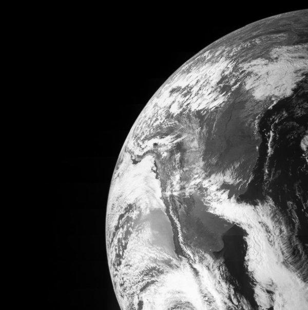 L'IMAGE DU JOUR : La Terre vue par la sonde JUNO lors de son survol de la Terre le 9 octobre 2014. Ce passage rapproché à 26.000 km/h a été l'occasion de tester plusieurs instruments. Puis la sonde sonde à acquis une vitesse de 140.000 km/h, ce qui lui permet d'atteindre Jupiter ce mardi 5 juillet 2016. (Source NASA)