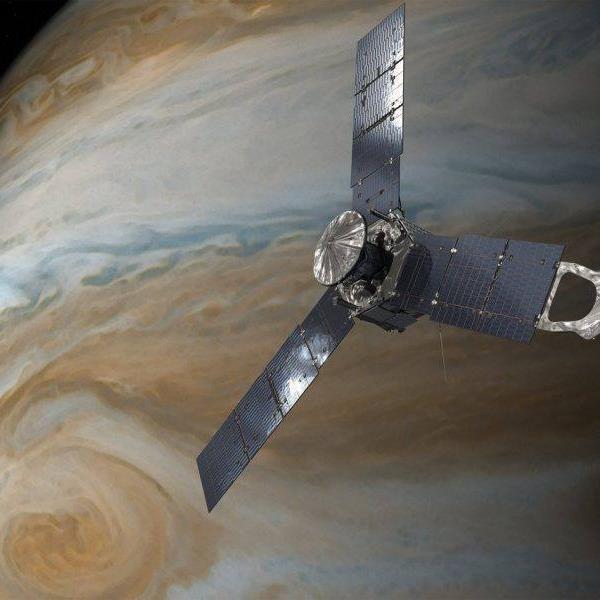 ASTRONOMIE INFO : JUNO EST EN ORBITE AUTOUR DE JUPITER! Ce matin, à 4 h 50 min exactement la sonde américaine Juno a réussi à se satelliser autour de la planète géante Jupiter. Elle est devenu le second satellite artificiel de Jupiter, après la sonde Galileo, en 1995. Passée cette étape, la plus risquée de la mission après son décollage de la Terre le 5 août 2011, Juno entre dans une longue période de tests, sa mission scientifique proprement dite ne commençant qu'en octobre. D'ici là, Juno va stabiliser son orbite très elliptique autour de Jupiter, qui lui permettra de s'approcher à moins de 5000 kilomètres de sa surface gazeuse toutes les deux semaines. Avant sa satellisation à haut risque, Juno a coupé tous ses instruments scientifiques. Des zooms vertigineux sur les nuées colorées de la planète-tempêtes seront pris pour la première fois à la fin du mois d'août. Ensuite, à chaque nouvelle orbite, les instruments scientifiques de la sonde devront supporter les radiations intenses du champ magnétique de Jupiter. Mais si tout va bien, ce seront parmi les plus belles images de toute l'histoire de l'exploration du système solaire qui nous seront offertes par la NASA. (Sources NASA-SV-SB)