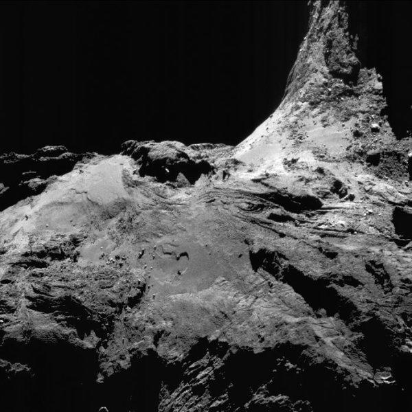ROSETTA INFO DIRECT : MERCREDI 6 JUILLET 2016 : 9h15 LES IMAGES DU JOUR : Deux nouvelles images exceptionnelles prise par la caméra OSIRIS le 15 et 25 Juin 2016. La Sonde ROSETTA se trouvait à 34 km pour la première image (l'échelle est 0,62 m/pixels et l'image mesure environ 1,3km de côté) et à 16,4 km pour la deuxième image (l'échelle est 1,3 m/pixels et l'image mesure environ 1,5km de côté) du noyau de Comète 67P/Churyumov-Gerasimenko. (Sources ESA-CNES)