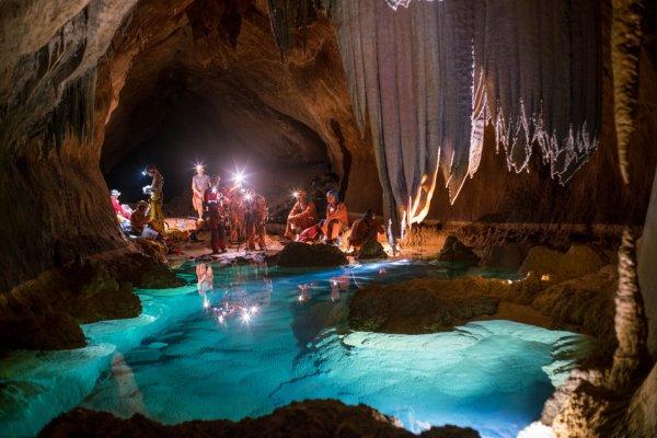 L'IMAGE DU JOUR : PISCINE SOUTERRAINE ! Les astronautes de cinq agences spatiales du monde entier (Chine, Russie, Japon, ESA et Amérique) participent à la formation de l'ESA-CAVES, Aventure Coopérative pour valoriser et Exercer le comportement et la performance des compétences humaines. Durant deux semaines les astronautes ont travaillé en toute sécurité et efficacité avec des équipes multiculturelles en explorant dans les grottes de Sardaigne, cavernes, lacs souterrains et la vie microscopique étrange... Ils testent de nouvelles technologies comme si ils vivaient dans la Station Spatiale Internationale. Les six astronautes comptent sur leur propre contrôle des compétences, le travail d'équipe et de terrain pour atteindre leurs objectifs de mission (le cours est conçu pour favoriser une communication efficace, la prise de décision, la résolution de problèmes, le leadership et la dynamique de l'équipe). (Source ESA-NASA)