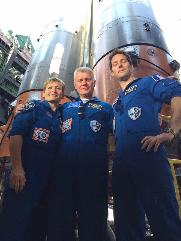 L'IMAGE DU JOUR : Sous une fusée Astronaute de l'ESA Thomas Pesquet (à droite) avec son compatriote de l'expédition 50/51 coéquipiers astronaute de la NASA Peggy Whitson (à gauche) et Roscosmos le cosmonaute Oleg Novitskiy (centre), debout sous une fusée Soyouz à Baïkonour. Tôt le 7 Juillet le lanceur transportait trois nouveaux membres d'équipage dans la Station Spatiale Internationale (l'ISS). Thomas, Peggy et Oleg étaient au cosmodrome de Baïkonour comme leur équipage de sauvegarde et en ont profité pour visiter le pas de tir avant le lancement. Thomas est actuellement en formation pour sa mission Proxima à l'ISS, prévue pour le lancement en Novembre 2016. Il passera six mois à vivre et à travailler dans la Station. (Source ESA-NASA-Roscosmos)