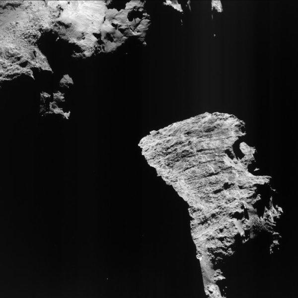 ROSETTA INFO DIRECT : MARDI 12 JUILLET 2016 : 11h30 L'IMAGE DU JOUR : Cette vue saisissante de la comète 67P / Churyumov-Gerasimenko révèle des parties des deux lobes de la comète, avec des ombres sur la région 'du cou' entre eux. Elle a été prise par la caméra de navigation de Rosetta NavCam le 30 Juin 2016, à une distance de 25,8 km, et mesures environ 2,3 km de côté. Depuis qu'il a atteint la comète le 6 Août 2014, ROSETTA a beaucoup photographié sa surface. Le noyau de la comète a une forme curieuse composée de deux lobes qui sont souvent désignés comme le «chef» et le «corps». Représenté dans la partie inférieure droite de l'image, la région Hathor, une partie très intéressante de la tête de la comète, nommé d'après l'ancienne divinité égyptienne de l'amour, la musique et la beauté. Dans cette région, la tête diminue fortement vers le cou et le corps de la comète. Cette vue montre une bonne fraction de 900m d'une haute falaise qui forme Hathor, avec des caractéristiques linéaires marquées traversant la région de gauche à droite. Perpendiculairement à ceux-ci, des stries supplémentaires et même de petites terrasses peuvent être vus. Au-delà de la falaise de Hathor, à droite, la région Maât, du nom de l'ancienne déesse égyptienne de la vérité et de l'équilibre. À l'heure actuelle, ROSETTA est sur une orbite de 27 km sur 9 km autour du noyau; ce week-end, il va passer à 9 km sur 10 km orbite, avant d'entrer dans l'orbite de fin de mission. La mission poursuivra son approche de l'environnement de la comète jusqu'à la grande finale, une descente contrôlée de l'engin spatial à la surface de la comète le 30 Septembre 2016. (Sources ESA-CNES)