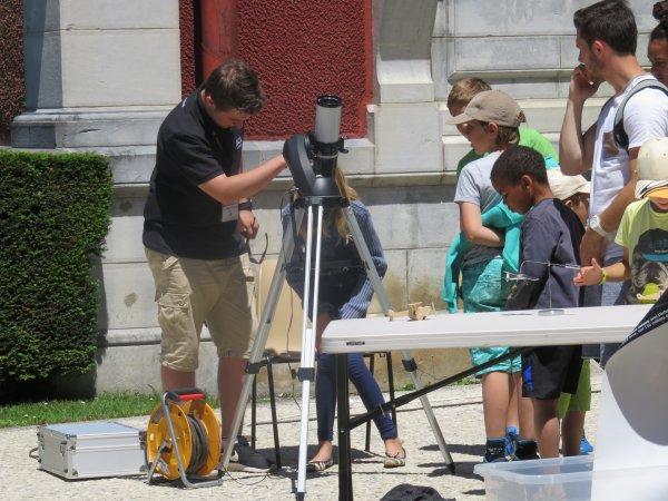 Les animations de la première semaine de l'astronomie se sont déroulées hier sous un beau soleil actif à travers les télesopes du club, et avec du monde dont un groupe du centre de loisirs de Lézignan. Bien belle journée d'observation solaire !