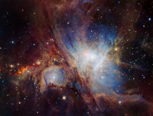 L'IMAGE DU JOUR : LA NÉBULEUSE D'ORION ou M42 pour Messier 42. L'Observatoire européen austral (ESO) publie un nouveau cliché de la nébuleuse d'Orion. Il a été obtenu à l'aide de Hawk-1, un instrument infrarouge en place sur le Very Large Telescope (VLT). La célèbre nébuleuse M42 y apparaît plus spectaculaire que jamais, mais les astronomes s'intéressent aux objets de faible masse qui la compose, et il y en a plus que prévu !! Leur étude dévoile en effet que la quantité de naines brunes et autres objets de masse planétaire est dix fois supérieure à ce que les modèles envisageaient. Les théories de formation de la nébuleuse vont donc devoir s'adapter pour expliquer ce résultat. (Sources C&E- ESO)