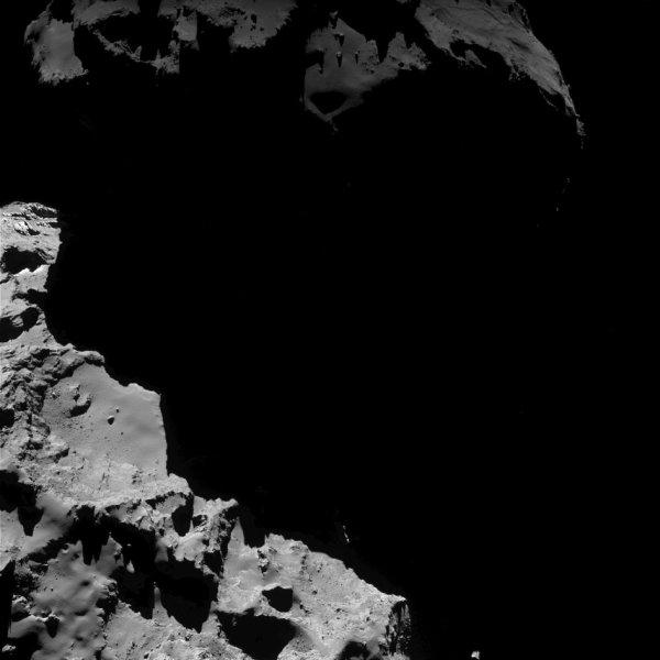 ROSETTA INFO DIRECT : LUNDI 18 JUILLET 2016 : 9h L'IMAGE DU JOUR : OMBRE ET LUMIERE :Nouvelle image exceptionnelle prise par la caméra OSIRIS le 11 Juillet 2016. La Sonde ROSETTA se trouvait à 14,9 km du noyau de Comète 67P/Churyumov-Gerasimenko. L'échelle est 1,38 m/pixels et l'image mesure environ 2,8 km de côté !! (Sources ESA-CNES)