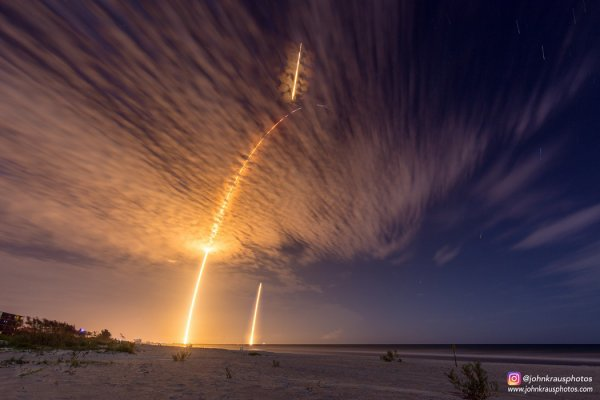 ESPACE INFO : SPACEX a lancé cette nuit un vaisseau cargo Dragon vers l'ISS, avant de récupérer le premier étage de sa fusée, qui a atterri sur la terre ferme. On décèle cinq phases distinctes sur ce cliché. L'arc de lancement initial, pendant lequel les neuf moteurs du Falcon sont allumés, est le plus évident. Un deuxième boost des moteurs poursuit la trajectoire d'un trait plus fin. Au sommet de cette parabole, la séparation du premier étage se devine en bleu. Celui-ci semble infléchir sa trajectoire vers le haut (en réalité, il fait demi-tour). La chute contrôlée du premier étage est finalement visible sous la forme de deux segments brillants : en haut, le premier freinage de l'engin pour réduire sa vitesse lors de sa phase de re-entrée dans l'atmosphère, et ensuite le freinage final après une chute libre quelques minutes. Cette image en pause longue du photographe John Kraus, prise depuis une plage proche de cap Canaveral, montre à la fois le décollage et le retour de la fusée en Floride. (Sources C&E-JK-SPACEX)