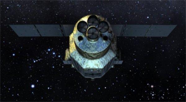 ESPACE INFO : Le satellite japonais Hitomi n'aura fonctionné qu'un mois, il a cessé ses activités suite à une cascade d'erreurs technique. Avant de mourir, il aura cependant fait parvenir aux scientifiques des clichés de l'amas de Persée. Le satellite Hitomi avait été lancé le 17 février dernier depuis le centre spatial de Tanegashima. Mesurant 14 mètres de long pour un poids et 2,7 tonnes, ce petit bijou de la technologie, qui aura coûté 248 millions d'euros, erre désormais dans l'espace. Il ne sera resté opérationnel que 5 semaines avant de cesser de fonctionner, victime d'erreurs techniques et humaines. Heureusement pour les scientifiques, il aura eu le temps de récupérer des informations sur les amas de galaxies et les trous noirs, la mission qui lui était confiée. Il a transmis entre autres des données sur l'amas de Persée, un amas de galaxie situé à 250 millions d'années-lumière de la Terre, avec en son milieu un immense trou noir. Ces clichés, pris aux rayons X, permettent d'en découvrir davantage sur ces phénomènes, notamment que les trous noirs massifs, dont la taille est supérieure de 100 millions à 10 milliards de fois à celle du Soleil, serait des régulateurs de croissance des galaxies. En outre, les gaz qui se déplacent à l'intérieur de l'amas ne sont pas aussi rapides que ce que pensaient les scientifiques. Ils se déplaceraient à la vitesse de 164 km/s, ce qui est dix fois moins rapide que les étoiles et les galaxies. (Source jAXA)
