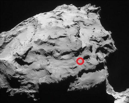 ROSETTA INFO DIRECT : VENDREDI 22 JUILLET 2016 : 10h L'IMAGE DU JOUR : Le site d'atterrissage de la sonde Rosetta sur la comète Churyumov-Gerasimenko vient d'être sélectionné par l'ESA. Ce sera Ma'at. Plus précisément, une petite plaine de cette vaste région située sur le plus petit lobe du noyau cométaire. Le 30 septembre 2016, à environ 12h30 (heure française), la sonde européenne d'une tonne terminera là sa lente descente en spirale. Le site a été choisi en raison de son accessibilité d'une part, et de son intérêt scientifique d'autre part (il possède des zones actives à proximité). Comme Rosetta n'a pas été conçue pour atterrir, et qu'elle arrivera sur la comète à environ 20 cm/s, les ingénieurs de l'ESA préfèrent parler d'impact contrôlé sur Chury. Il est peu probable que la sonde survive à son arrivée sur la comète. Ses panneaux solaires de 28 m d'envergure, en particulier, devraient de disloquer lors du contact. (Sources : C&E-ESA-CNES)