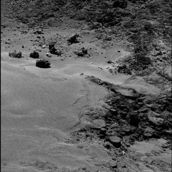 ROSETTA INFO DIRECT : SAMEDI 23 JUILLET 2016 : 10h L'IMAGE DU JOUR : Nouvelle image exceptionnelle et très fine en détail, prise par la caméra OSIRIS le 16 Juillet 2016. La Sonde ROSETTA se trouvait à 12,8 km du noyau de Comète 67P/Churyumov-Gerasimenko. L'échelle est 0,22 m/pixels et l'image mesure environ 450m de côté !! (Sources ESA-CNES)