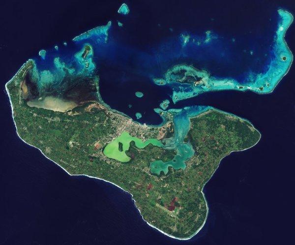 L'IMAGE DU JOUR : LES ÎLES TONGA, archipel dans le sud de l'océan Pacifique sont représentés dans cette image du satellite Sentinel-2A. La population de Tonga est réparti sur 36 169 îles Tonga, mais environ 70% vivent sur cette île principale. La capitale, Nuku'alofa, se trouve sur la côte nord de l'île et le long de la lagune Fanga'uta. Les mangroves de la lagune fournissent un terreau important pour les poissons et les oiseaux. Construit sur le calcaire, l'île a un sol fertile de cendres volcaniques provenant des volcans voisins, et nous pouvons voir comment les structures agricoles couvrent la majeure partie de l'île. Au nord de l'île, nous pouvons voir de nombreux récifs coralliens. Bien que ne faisant pas partie de ses objectifs de la mission d'origine, les scientifiques font des expériences avec Sentinel-2 pour surveiller les coraux et de détecter le blanchiment des coraux, une conséquence de l'élévation de la température de l'eau. Le corail blanchissant peut mourir, avec des effets ultérieurs sur l'écosystème des récifs, et donc la pêche, le tourisme régional et la protection du littoral. Le récent phénomène El Niño a provoqué une augmentation de blanchiment à travers les coraux du monde, et les scientifiques ont trouvé la couverture de Sentinel-2 utiles dans la surveillance des récifs. (Source ESA)