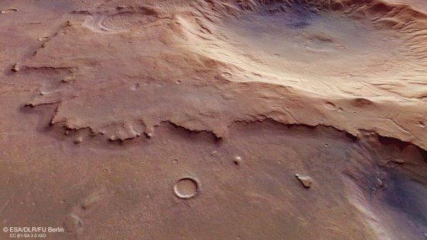 L'IMAGE DU JOUR : Mars Express épie un cratère d'impact sans nom et ancienne Cette vue en perspective frappante de Mars Express de l'ESA montre un cratère d'impact sans nom, mais accrocheur sur Mars. Cette région se trouve au sud-ouest d'une sombre plaine nommée Mare Serpentis(Littéralement «la mer des serpents»). Noachis Terra est une des régions les plus anciennes connues sur la planète rouge, datant d'au moins 3,9 milliards d'années. Le cratère visible en haut à droite de cette image est d'environ 4 km de profondeur et à 50 km de diamètre. À son centre, une petite dépression. Ils sont communs dans les cratères sur les mondes rocheux à travers le système solaire, notamment sur Mars, et sont considérés comme une forme matérielle glacée et vaporisé de façon explosive. Les murs extérieurs autour du cratère sont légèrement surélevés au-dessus de ses environs. Ces dépôts empilés peuvent avoir été formé lors de l'impact qui a sculpté le cratère lui-même. (Source ESA-ME)