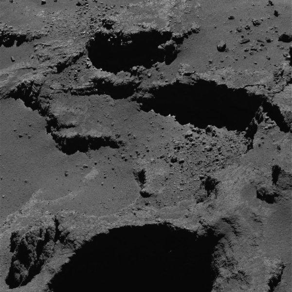 ROSETTA INFO DIRECT : MARDI 9 AOÛT 2016 : 9h30 L'IMAGE DU JOUR : Nouvelle image exceptionnelle et très fine en détail, prise par la caméra OSIRIS le 2 Aout 2016. La Sonde ROSETTA se trouvait à 9,9 km du noyau de Comète 67P/Churyumov-Gerasimenko. L'échelle est 0,16 m/pixels et l'image mesure environ 328m de côté !! (Sources ESA-CNES)