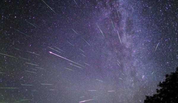 ASTRONOMIE INFO : La période du mois d'août est favorable pour admirer la pluie d'étoiles filantes appelée Perséides. Ce sont des grains de poussière laissés par une comète qui brûlent en rentrant dans l'atmosphère. Fréquemment employé, le terme «étoile filante» est… faux. Les traînées lumineuses qui zèbrent parfois le ciel ne sont en effet pas des étoiles. Ce sont des des grains de poussière semés par des comètes ou de petits fragments d'astéroïdes qui rentrent dans notre atmosphère. En raison de la vitesse, ils s'échauffent, se consument et émettent de la lumière créant une ligne brillante dans le ciel nocturne. En ce mois d'août se produit une «pluie d'étoiles filantes» très facile à observer, celle dite des Perséides. N'hésitez pas à tourner votre regard dès maintenant vers le ciel nocturne...