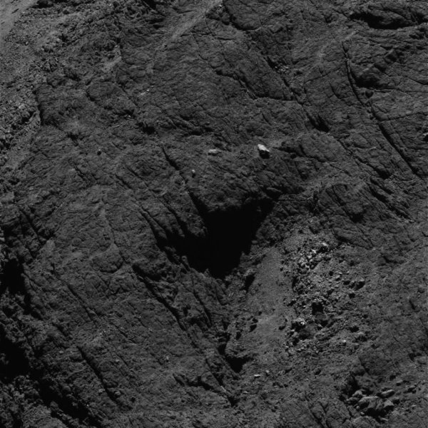 ROSETTA INFO DIRECT : LUNDI 15 AOÛT 2016 : 14h40 L'IMAGE DU JOUR : Nouvelle image exceptionnelle et très fine en détail, prise par la caméra OSIRIS le 6 Aout 2016. La Sonde ROSETTA se trouvait à 8,7 km du noyau de Comète 67P/Churyumov-Gerasimenko. L'échelle est 0,15 m/pixels et l'image mesure environ 307m de côté !! (Sources ESA-CNES)