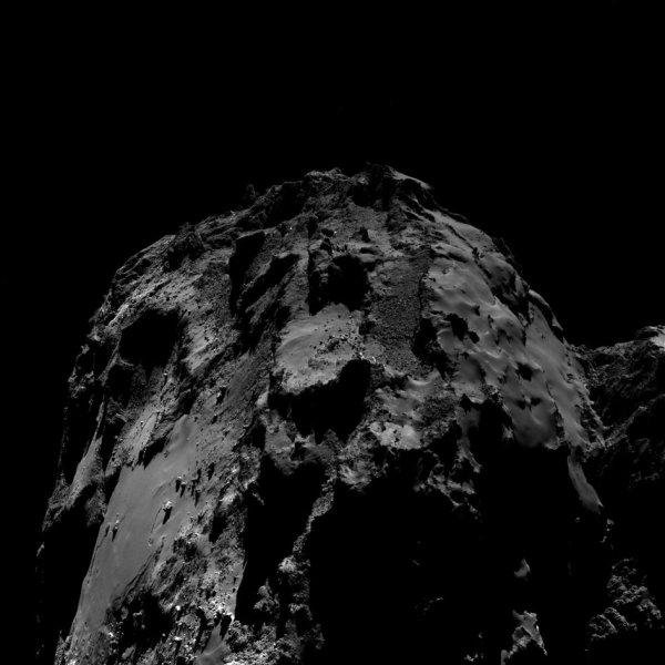 ROSETTA INFO DIRECT : MARDI 16 AOÛT 2016 : 15h L'IMAGE DU JOUR : Nouvelle image exceptionnelle d'une grosse vue d'une partie de la comète, prise par la caméra OSIRIS le 10 Aout 2016. La Sonde ROSETTA se trouvait à 12,8 km du noyau de Comète 67P/Churyumov-Gerasimenko. L'échelle est 1,18 m/pixels et l'image mesure environ 2,4km de côté !! (Sources ESA-CNES)