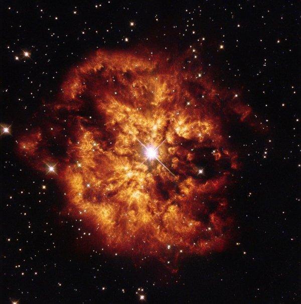 L'IMAGE DU JOUR : « La boule de feu » Hubble ! Cette explosion dramatique de couleur montre un objet cosmique avec une histoire tout aussi dramatique. Enveloppé dans des nuages de gaz et de poussières qui forment une nébuleuse appelée M1-67, se trouve une étoile brillante nommée Hen 2-427 (autrement connu comme WR 124). Cette étoile est tout aussi intense que la scène qui se déroule autour d'elle. Il est une étoile connue pour avoir des températures de surface très élevées - plus de 25 000ºC, à côté de relativement fraîche 5500ºC du Soleil - et une masse énorme. Ces étoiles sont constamment en train de perdre de grandes quantités de masse par des vents épais qui se déversent en continu de leurs surfaces dans l'espace. Hen 2-427 est responsable de la création de l'ensemble de la scène représentée ici, qui a été capturé par le télescope spatial Hubble de la NASA. L'étoile est probablement dans les derniers stades de son évolution ! Depuis lors, la star a continué à inonder la nébuleuse de bouquets massifs de gaz et de rayonnement ionisant intense par ses vents violents stellaires. Hen 2-427 et M1-67 se trouvent 15 000 années-lumière dans la constellation de Sagitta (La Flèche). (Sources ESA-Hubble-NASA)