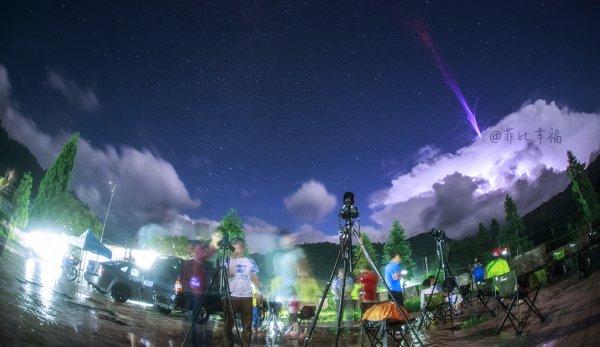 """L'IMAGE DU JOUR : Un photographe amateur en quête d'étoiles filantes lors du pic d'activité des Perséides a surpris un éclair gigantesque montant vers la stratosphère. En 2018, le satellite du CNES """"TARANIS"""" doit décoller pour percer le secret des sprites, ces mystérieux éclairs que l'on observe bien au-dessus des nuages d'orage et qui atteignent les hautes couches de l'atmosphère terrestre. En attendant, pour les surprendre, il faut parfois un peu de chance. C'est le cas de Phebe Pan, un amateur qui voulait photographier les étoiles filantes le 13 août 2016. Depuis les hautes montagnes de la province de Guandong, en Chine, il effectuait des poses longues au-dessus de formations nuageuses quand, au lieu de capter des Perseides, il a eu la surprise de saisir un jet gigantesque s'échappant de l'orage. Cet éclair spectaculaire est un phénomène rare et difficile à observer qui n'a été photographié pour la première fois qu'en 2001. Ce jet étonnant est remonté vers la stratosphère à une vitesse voisine de 100 km/s. Tout en haut, il se termine par des ramifications rouges qui s'apparentent à des farfadets, une autre catégorie de sprites, a priori différente des jets. (Sources C&E-PP)"""