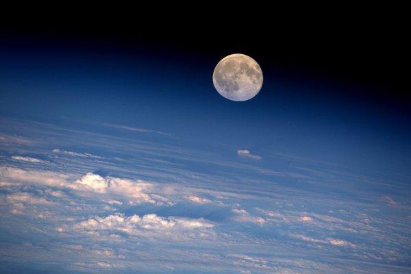 L'IMAGE DU JOUR : LA PLEINE LUNE de cette semaine tel que l'a photographié depuis la Station Spatiale Internationale, l'astronaute de la NASA Jeff Williams, il est actuellement le commandant de la Station spatiale pour l'équipage Expédition 48. (Sources NASA-ESA)