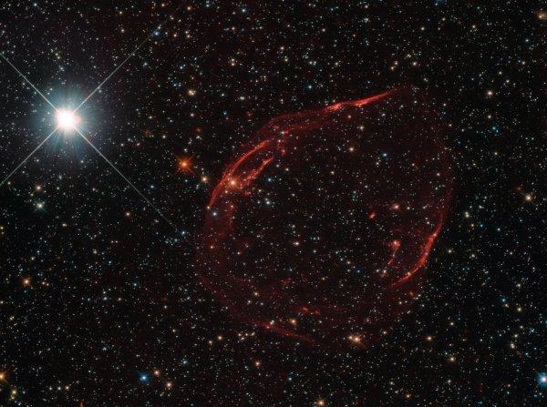 L'IMAGE DU JOUR : Il y a plusieurs milliers d'années, une étoile à quelques 160.000 années-lumière de nous a explosé, dispersant des éclats stellaires à travers le ciel. La suite de cette détonation énergique est montrée ici dans cette image frappante du télescope spatial HUBBLE de la NASA. L'étoile qui a explosé était une naine blanche située dans le Grand Nuage de Magellan, une de nos plus proches galaxies voisines. Environ 97% des étoiles au sein de la Voie lactée, qui sont entre un dixième et huit fois la masse du Soleil, sont censés finir comme les naines blanches. Ces étoiles peuvent faire face à un certain nombre de sorts différents, dont l'un est d'exploser en supernovæ, certains des événements les plus brillants jamais observés dans l'Univers. Si une naine blanche fait partie d'un système d'étoile binaire, il peut siphonner le matériau à partir d'un compagnon proche, engloutissant plus qu'elle ne peut gérer l'étoile devient instable et enflamme comme une supernova. Ce fut le cas pour le reste de la supernova photographiée ici, qui est connu comme DEM L71. (Sources NASA-HUBBLE-ESA)